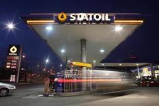 <p>Station-service Statoil dans le centre de Varsovie. Alimentation Couche-Tard a annoncé le rachat du réseau norvégien de stations-service Statoil Fuel and Retail pour 2,8 milliards de dollars (2,1 milliards d'euros), une opération qui va lui permettre de devenir la première chaîne de stations-service dans les pays scandinaves et de s'implanter en Europe de l'Est. /Photo prise le 5 février 2012/REUTERS/Kacper Pempel</p>