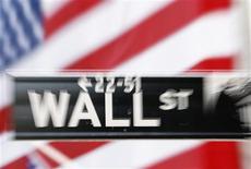 <p>Les marchés d'actions américains ont ouvert en baisse mercredi, les investisseurs reprenant leur souffle au lendemain d'une séance de forte hausse. Dans les premiers échanges, le Dow Jones reculait de 0,59%. Le Standard & Poor's perdait 0,45%, tandis que le Nasdaq abandonnait 0,35%. /Photo d'archives/REUTERS/Lucas Jackson</p>