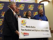 <p>Merle Butler (à droite) et son épouse Patricia (au centre), un couple de retraités de l'Illinois, dans le centre-est des Etats-Unis, a coché l'une des trois grilles gagnantes de la super-loterie américaine Mega Millions de 656 millions de dollars tirée le 30 mars. Ils sont les seuls vainqueurs de la super-cagnotte à avoir dévoilé jusqu'à présent leur identité. /Photo prise le 18 avril 2012/REUTERS/Lotterie de l'Illinois</p>