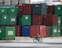<p>Les exportations japonaises ont progressé au mois de mars en rythme annuel (+ 5,9%), pour la première fois en six mois, principalement grâce aux flux vers les Etats-Unis mais le prix élevé de ses importations de brut a pesé sur sa balance commerciale, revenue dans le rouge. /Photo d'archives/REUTERS/Yuriko Nakao</p>