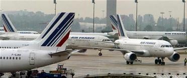 <p>Le plan de redressement d'Air France-KLM est menacé par le niveau actuel des cours du pétrole, rapporte latribune.fr en ajoutant que de nouvelles mesures de baisses de coûts et d'augmentation des recettes semblent inévitables pour maintenir les objectifs de réduction de la dette. /Photo d'archives/REUTERS/Philippe Wojazer</p>