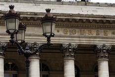 <p>La Bourse de Paris est orientée à la hausse à la mi-journée. L'indice CAC 40 gagne 0,81% à 3.266,67 points à 12h12, après les résultats jugés mitigés d'une adjudication de dette espagnole à deux et 10 ans tandis que la France a émis 7,97 milliards d'euros de BTAN dans le haut de la fourchette annoncée. /Photo d'archives/REUTERS/Charles Platiau</p>