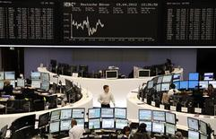 <p>Les Bourses européennes sont revenues sur une note incertaine à mi-séance, tandis que Wall Street est attendue peu changée à l'ouverture, les investisseurs hésitant sur la lecture d'une adjudication de dette espagnole perçue comme un test de l'appétit des investisseurs pour le risque. À Paris, vers 13h30 le CAC 40 recule de 0,34%. À Francfort, le Dax cède 0,60% et à Londres, le FTSE avance de 0,34%. L'indice paneuropéen Eurostoxx 50 recule de 0,67%. L'indice IBEX de la Bourse espagnole se replie de 1,17%. /Photo prise le 19 avril 2012/REUTERS/Remote/Michael Leckel</p>
