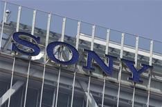 <p>La Commission européenne a donné jeudi son feu vert sous condition au rachat pour 2,2 milliards de dollars de l'activité d'édition musicale du britannique EMI par un consortium emmené par le japonais Sony. /Photo prise le 12 avril 2012/REUTERS/Yuriko Nakao</p>