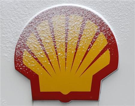 Snow covered Shell logo is seen at a petrol station in Istanbul February 17, 2012. REUTERS/Osman Orsal (TURKEY - Tags: BUSINESS LOGO)