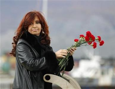 Argentine President Cristina Fernandez de Kirchner prepares to throw flowers into the Bahia de Ushuaia (Ushuaia Bay) waters to pay homage to the fallen soldiers during the Falklands War in Ushuaia April 2, 2012. REUTERS/Enrique Marcarian