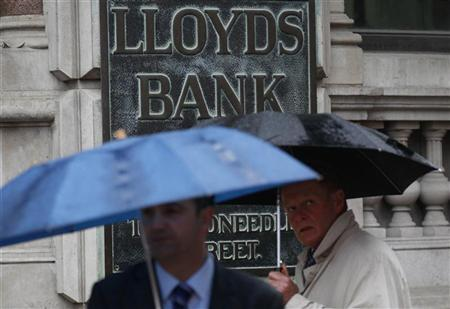 Pedestrians walk past a branch of Lloyds TSB in London August 4, 2011. REUTERS/Suzanne Plunkett