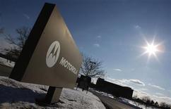 <p>Motorola Mobility, qui doit être racheté par Google, a publié une perte de 86 millions de dollars au titre du premier trimestre, malgré une bond de plus de 20% de ses ventes de smartphones sur un an. /Photo d'archives/REUTERS/John Gress</p>