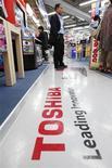 <p>Toshiba, premier fabricant de puces japonais, dit anticiper un bond de 45% de son bénéfice pour l'exercice fiscal qui vient de commencer, grâce notamment à une demande soutenue pour ses mémoires flash utilisées dans l'iPhone d'Apple. /Photo prise 8 mai 2012/REUTERS/Yuriko Nakao</p>