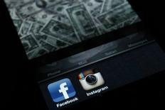 <p>Les abonnés américains de Facebook se sont davantage servis d'un smartphone que d'un ordinateur pour se rendre sur le site communautaire au cours du mois de mars, selon des données compilées par ComScore. /Photo prise le 9 avril 2012/REUTERS/Antonio Bronic</p>