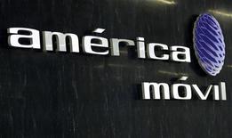<p>America Movil, le géant de la téléphonie en Amérique latine détenu par le milliardaire mexicain Carlos Slim, a annoncé lundi son intention de porter sa participation dans le néerlandais KPN à 28%, prenant ainsi pied en Europe dans le cadre d'une transaction de plus de 2,5 milliards d'euros. /Photo prise le 8 février 2011/REUTERS/Henry Romero</p>