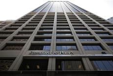<p>La justice américaine a jugé recevable deux plaintes visant les agences de notation Standard & Poor's et Moody's, accusées d'avoir induit en erreur des investisseurs sur la sécurité de placements financiers dérivés sur les marchés de la dette. /Photo d'archives/REUTERS/Brendan McDermid</p>