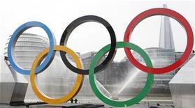 <p>Les organisateurs des Jeux de Londres ont autorisé mardi la présence cet été sur les sites olympiques des bébés, à condition qu'ils soient portés harnachés par leurs parents. Ils ont cédé aux pressions de nombreuses mères détentrices de billets qui ont accouché et découvert qu'elles ne pourraient pas assister aux épreuves avec leur progéniture sans acquérir un autre sésame. /Photo prise le 28 février 2012/REUTERS/Andrew Winning</p>