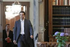 <p>Le chef de la Coalition de gauche radicale, Alexis Tsipras, chargé par le président grec de former un gouvernement de coalition, a exclu mardi de se plier aux plans européens de sauvetage et a menacé de nationaliser les banques. /Photo prise le 8 mai 2012/REUTERS/Kostas Tsironis/Pool</p>