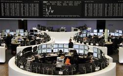 <p>Les Bourses européennes creusent leurs pertes mercredi. Vers 13h00, la Bourse de Francfort perd 0,42% et le CAC 40, qui a perdu 2,8% mardi, abandonne 0,92%. La Bourse de Londres cède 0,95% et la place madrilène chute de 3,3% avec ses banques. /Photo prise le 9 mars 2012/REUTERS/Remote/Fabrizio Bensch</p>