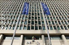 """<p>Dexia a subi une perte nette part du groupe de 431 millions d'euros au premier trimestre, imputable à des """"éléments non récurrents"""", essentiellement le coût des garanties publiques couvrant ses financements et des dépréciations. /Photo prise le 27 février 2012/REUTERS/François Lenoir</p>"""