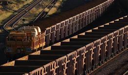 <p>Un train chargé de minerai de fer dans une mine australienne. Selon l'économiste spécialisé Philippe Chalmin, les prix des matières premières -du maïs au minerai de fer- vont rester élevés en 2012 en raison de la demande de la Chine, qui cherche à relancer sa croissance. /Photo d'archives/REUTERS/Daniel Munoz</p>