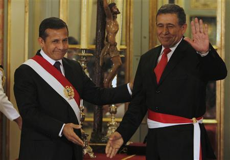 Peru's new Interior Minister Wilber Calle gestures next to President Ollanta Humala (L) after a swearing-in ceremony at the government palace in Lima May 14, 2012. REUTERS/Mariana Bazo