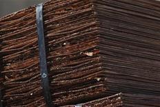 <p>Foto de archivo de un cargamento de cátodos de cobre en las afueras de la mina Chuquicamata en el Norte de Chile, abr 1 2011. La minera estatal chilena Codelco, el mayor productor mundial de cobre, incrementó en un 70 por ciento sus inversiones del 2012, frente al nivel del año pasado, para elevar su producción, alentada por un mercado con una oferta ajustada y una firme demanda liderada por China. REUTERS/Ivan Alvarado</p>