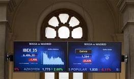<p>Salle des marchés de la Bourse de Madrid, jeudi. Les Bourses européennes ont ouvert en baisse vendredi, l'aversion au risque s'intensifiant nettement après que Fitch a abaissé la note de la Grèce et Moody's celle de plusieurs banques espagnoles. A 9h02, l'indice CAC 40 cède 0,74%, la Bourse de Londres abandonne 0,88%, celle de Francfort 0,9% et la place madrilène chute de 2,02%. /Photo prise le 17 mai 2012/REUTERS/Paul Hanna</p>