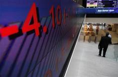 <p>Le titre de l'opérateur boursier London Stock Exchange (LSE) grimpait en Bourse vendredi en fin de matinée après la publication d'une forte progression de ses résultats annuels. L'opérateur boursier a fait état d'un résultat net de 442 millions de livres (550,2 millions d'euros), en hausse de 30%, pour son exercice clos à fin mars. /Photo d'archives/REUTERS/Andrew Winning</p>