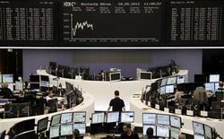 <p>Les Bourses européennes effacent leurs pertes initiales en milieu journée vendredi, soutenues par les valeurs bancaires même si la prudence reste de mise chez les investisseurs après que Fitch a abaissé la note de la Grèce et Moody's celle de plusieurs banques espagnoles. A 12h42, l'indice CAC 40 cède 0,06% à 3.010,12 points tandis que la Bourse de Francfort 0,2%. /Photo prise le 18 mars 2012/REUTERS/Remote/Marte Kiessling</p>