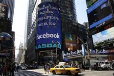 <p>Affichage annonçant l'entrée de Facebook sur le Nasdaq, à New York. L'action a débuté environ 13% au-dessus de son prix d'introduction vendredi sur le Nasdaq, parachevant l'une des plus importantes introductions en Bourse de l'histoire des Etats-Unis. /Photo prise le 18 mai 2012/REUTERS/Keith Bedford</p>