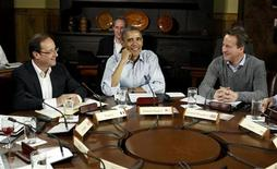 <p>François Hollande, Barack Obama et David Cameron samedi au sommet du G8 à Camp David. Selon le Premier ministre britannique, des progrès ont été réalisés lors de ce sommet sur les moyens de répondre à la crise de la dette dans la zone euro et à la hausse des prix du pétrole, les deux principales menaces pour l'économie mondiale. /Photo prise le 19 mai 2012/REUTERS/Larry Downing</p>