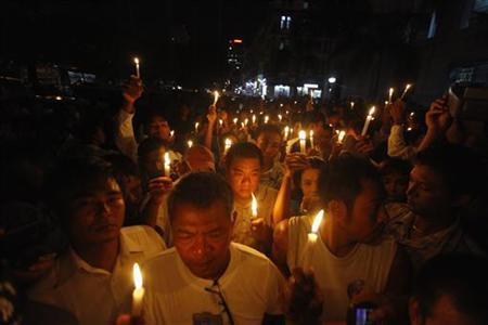 Demonstrators holding candles protest near Sule pagoda in central Yangon May 22, 2012. REUTERS/Soe Zeya Tun