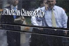 <p>JPMorgan Chase a injecté 2,5 milliards de yuans (394 millions de dollars) dans sa filiale chinoise, devenant ainsi la dernière grande banque internationale en date à étoffer sa présence dans la deuxième puissance économique mondiale. /Photo prise le 22 mai 2012/REUTERS/Eduardo Munoz</p>