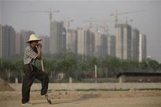 <p>La croissance économique chinoise devrait passer sous la barre des 8% au deuxième trimestre et la faiblesse de la conjoncture pourrait persister, a dit lundi à Reuters Wang Jian, un économiste travaillant pour la principale agence de planification du pays, le comité pour le développement national et les réformes. /Photo prise le 4 mai 2012/REUTERS/Soo Hoo Zheyang</p>