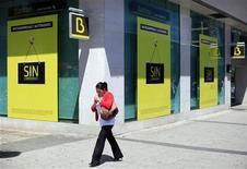 <p>L'Espagne recapitalisera Bankia via l'émission de nouveaux titres de dette, l'option d'injecter des obligations d'Etat directement dans la banque récemment nationalisée n'ayant pas été retenue, selon une source gouvernementale. /Photo prise le 10 mai 2012/REUTERS/Paul Hanna</p>