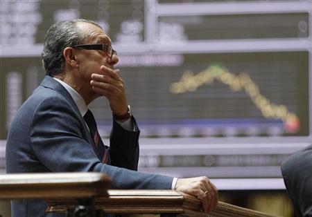 A man reacts while looking at information screens at the Madrid stock exchange May 29, 2012. REUTERS/Andrea Comas (SPAIN - Tags: BUSINESS)