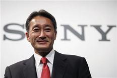 <p>El nuevo director ejecutivo de Sony, Kazuo Hirai, durante una conferencia de prensa en la casa matriz de la firma en Tokio, abr 12 2012. El nuevo director ejecutivo de Sony, Kazuo Hirai, ganará menos este año a pesar de su ascenso al cargo en abril, después de la que una vez fue la compañía estrella de la electrónica registrase pérdidas récord y su cuarto año consecutivo con déficit. REUTERS/Yuriko Nakao</p>