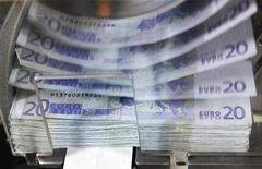 """<p>Le secteur financier figure au rang des valeurs à suivre ce vendredi à la Bourse de Paris, au lendemain de l'annonce de l'abaissement de trois crans à """"BBB"""" de la note souveraine de l'Espagne par Fitch Ratings. /Photo d'archives/REUTERS/Thierry Roge</p>"""