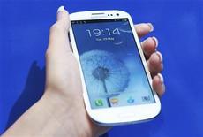 <p>Lors d'une audience devant un tribunal fédéral à San José, en Californie, un avocat d'Apple a annoncé jeudi que le fabricant de l'iPhone et de l'iPad pourrait tenter de faire bloquer par la justice le lancement aux Etats-Unis ce mois-ci du smartphone Galaxy S3 de son concurrent Samsung. /Photo prise le 29 mai 2012/REUTERS/Olivia Harris</p>