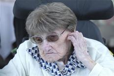 <p>Marie-Thérèse Bardet, la doyenne officielle des Français et des Européens est décédée vendredi dans sa maison de retraite de Pontchâteau (Loire-Atlantique), six jours après avoir fêté ses 114 ans. /Photo prise le 2 juin 2012/REUTERS/Laetitia Notarianni</p>