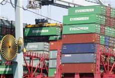 <p>Le Port de Los Angeles, en Californie. Les stocks des grossistes américains ont augmenté plus qu'attendu en avril (0,6%) pour atteindre 483,5 milliards de dollars. Les stocks sont un élément clé du calcul des chiffres du produit intérieur brut. /Photo d'archives/REUTERS/Fred Prouser</p>