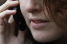 <p>Les opérateurs télécoms traditionnels européens, déjà sous la pression de services en ligne à bas coût comme Skype, sont sur le point de faire face à la concurrence nouvelle de plusieurs jeunes poussent du Nord de l'Europe qui proposeront des appels à bas coût depuis les téléphones mobiles. /Photo d'archives/REUTERS/Luke MacGregor</p>