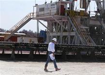 <p>A Crystal City, au Texas. Le boom pétrolier à l'oeuvre dans le Dakota du Nord et au Texas ont permis à la production d'or noir américain de dépasser au premier trimestre 2012 la barre de six millions de baril équivalent par jour pour la première fois depuis 14 ans. /Photo prise le 6 juin 2011/REUTERS/LOANS REUTERS/Anna Driver</p>