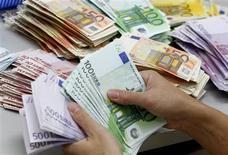 <p>L'Espagne a besoin d'injecter au moins 40 milliards d'euros de capital supplémentaire dans plusieurs de ses banques pour leur permettre de résister dans un environnement économique difficile, selon un rapport du Fonds monétaire international publié vendredi. /Photo d'archives/REUTERS/Sukree Sukplang</p>