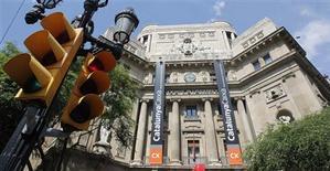 <p>Devant le siège de la banque Catalunya Caixa, à Barcelone. L'Espagne demandera une aide à ses partenaires européens pour recapitaliser ses banques mais Madrid attend les résultats d'audits afin d'avoir une idée plus claire des besoins de ses établissements, selon des sources au fait du dossier. /Photo prise le 9 juin 2012/REUTERS/Albert Gea</p>