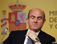 <p>Le ministre de l'Economie espagnol, Luis de Guindos. Les ministres des Finances de la zone euro ont convenu samedi de prêter jusqu'à 100 milliards d'euros à l'Espagne afin de lui permettre de renflouer ses banques en difficulté, Madrid s'engageant à préciser le montant de ses besoins dès que seront connus les résultats d'audits indépendants en cours sur son système bancaire. /Photo prise le 9 juin 2012/REUTERS/Paul Hanna</p>