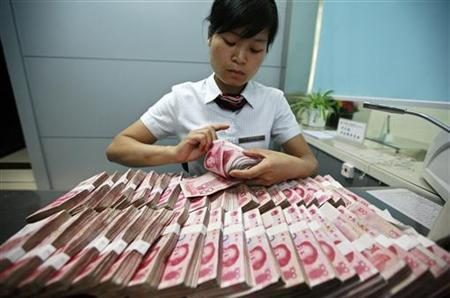 A bank clerk counts Chinese yuan banknotes at a branch of Industrial and Commercial Bank of China in Huaibei, Anhui province June 8, 2012. REUTERS/Stringer