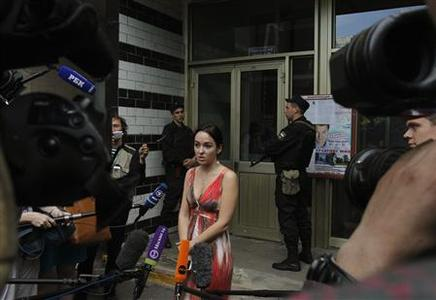 Anna Veduta (C), spokeswoman for anti-corruption blogger and opposition activist Alexei Navalny, speaks to the media outside the entrance to the apartment block where Navalny lives in Moscow June 11, 2012. REUTERS/Denis Sinyakov