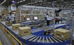 <p>Imagen de archivo de unas cajas en una cinta transportadora en una fábrica de la firma Dell en Sriperumbudur, India, jun 2 2011. Dell Inc planea recortar más de 2.000 millones de dólares en costos en los próximos tres años, principalmente de la cadena de suministro y el grupo de ventas, mientras continúa modificando su enfoque para satisfacer las necesidades tecnológicas de las corporaciones. REUTERS/Babu</p>
