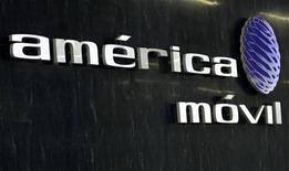 <p>Imagen de archivo del logo de la firma América Móvil en la recepción de la firma en Ciudad de México, feb 8 2011. El gigante mexicano América Móvil, del magnate Carlos Slim, acordó la compra del 21 por ciento de Telekom Austria en unos 1.100 millones de dólares, en un nuevo esfuerzo para expandirse en Europa aprovechando la debilidad de las acciones del sector de telecomunicaciones en el Viejo Continente. REUTERS/Henry Romero</p>