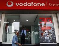 <p>L'opérateur télécoms mobile britannique Vodafone est en passe de réussir son offre de rachat sur Cable & Wireless Worldwide (CWW) pour 1,04 milliard de livres (1,3 milliard d'euros) après le ralliement lundi du principal actionnaire de l'opérateur de téléphonie fixe. /Photo d'archives/REUTERS/Parivartan Sharma</p>
