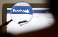<p>Facebook a annoncé le rachat de Face.com, le spécialiste israélien de la reconnaissance faciale, qui permet aux utilisateurs du premier réseau social mondial d'identifier les personnes figurant sur les photos qu'ils mettent en ligne. /Phoot prise le 19 mai 2012/REUTERS/Thomas Hodel</p>
