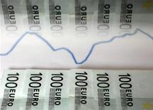 <p>Le Trésor espagnol a placé sur le marché plus de trois milliards d'euros de papier à court terme mardi, une somme qui correspond au haut de la fourchette annoncée, mais il a dû consentir des rendements au plus haut depuis la création de l'euro. /Photo d'archives/REUTERS/Dado Ruvic</p>
